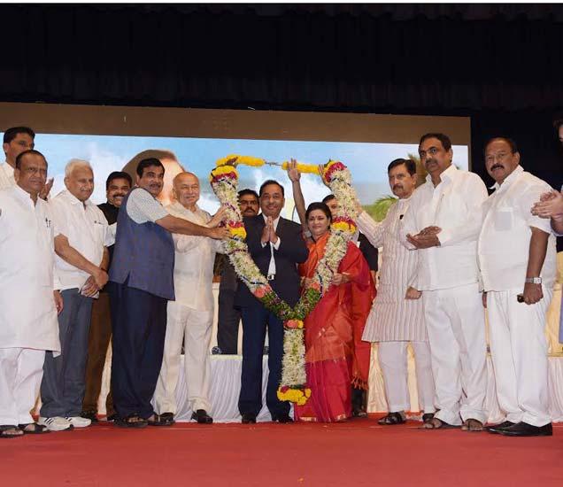 नारायण राणेंच्या 65 व्या वाढदिवसाच्या कार्यक्रमात उपस्थित मान्यवर. - Divya Marathi