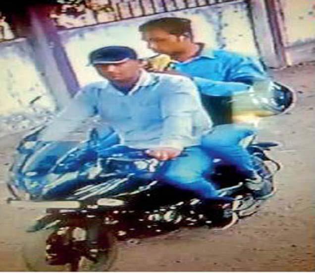 सीसीटीव्ही फुटेजमध्ये दिसून आलेले दोन सोनसाखळी चोर. - Divya Marathi