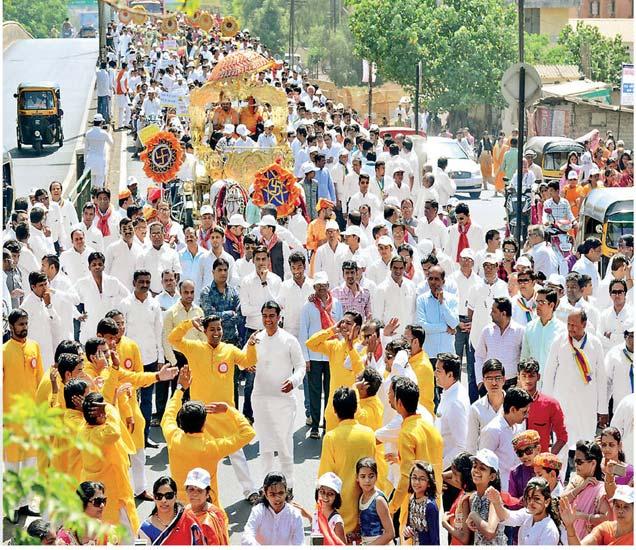भगवान महावीर जयंतीनिमित्त रविवारी शहरात अतिशय उत्साहात आणि जल्लोषाच्या वातावरणात भव्य मिरवणूक काढण्यात आली. या मिरवणुकीत हजारो जैन बांधवांनी उत्स्फूर्त सहभाग नोंदवला. - Divya Marathi