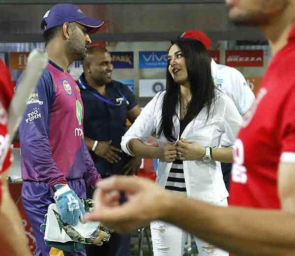 पंजाबने पुण्यावर विजय मिळविल्यानंतर धोनीला आर्वजून भेटणारी प्रिती झिंटा... - Divya Marathi