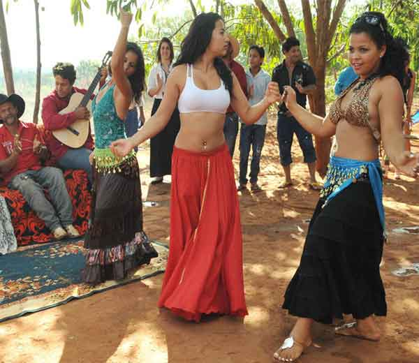 रोमा समुदाय भारताशी संबंधीत असल्याचे नुकतेच 'करंट बायोलॉजी' नावाच्या नियतकालिकाने केलेल्या संशोधनातूही सिद्ध झाले आहे. - Divya Marathi