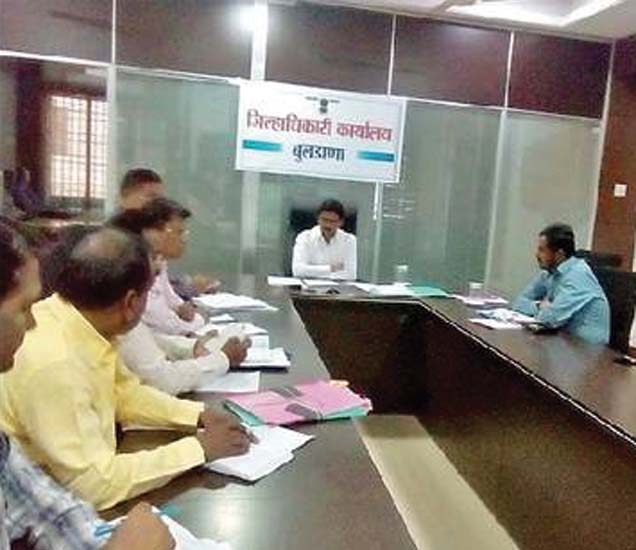 जिल्हाधिकारी कायार्यालयातील बैठकीला मार्गदर्शन करताना जिल्हाधिकारी विजय झाडे. - Divya Marathi