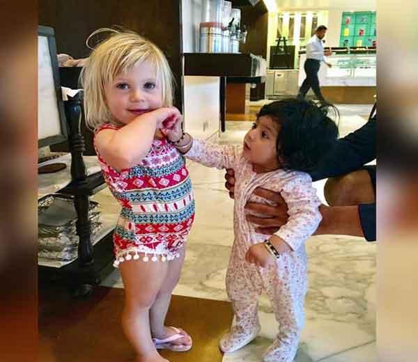 जॉन्टी -होड्सची मुलगी इंडिया (डावीकडे) आणि हिनाया... - Divya Marathi