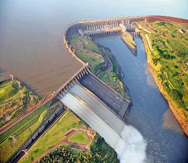 ब्राझील आणि पॅराग्वेच्या सीमेवर असलेले हे धरण स्थापत्यशास्त्रातील सर्वोत्तम उदाहरण मानले जाते. - Divya Marathi