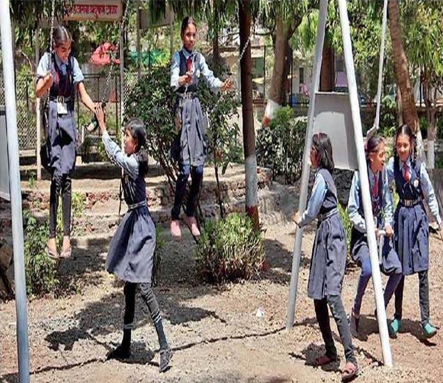 मुलांना सुट्या लागल्याने वर्षभर विद्यार्थ्यांना शाळेत घेऊन जाणाऱ्या रिक्षावाल्या काकांनी पार्टी दिल्याने बहिणाबाई उद्यानात आनंद लुटताना विद्यार्थी. - Divya Marathi