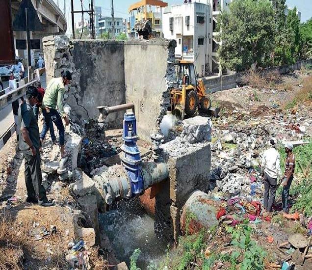 रेल्वेस्टेशनजवळील उड्डाणपुलाखाली रविवारी रात्री मुख्य जलवाहिनी फुटल्यानंतर रात्रीतून कामाला सुरुवात करण्यात आली. - Divya Marathi
