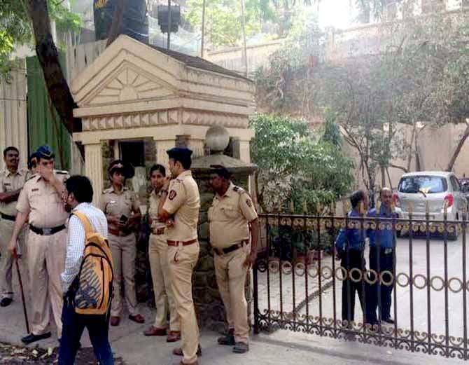 हिरानंदाणी येथील फ्लॅटसमोर पोलिस बंदोबस्त तैनात करण्यात आला. - Divya Marathi
