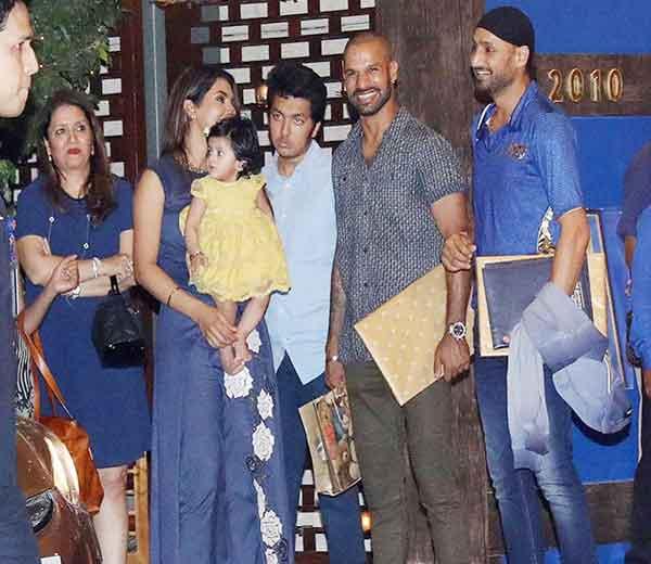 हरभजन, शिखर धवन व गीता बसरा मुलगी हिनायासह पार्टीत पोहचले होते. - Divya Marathi
