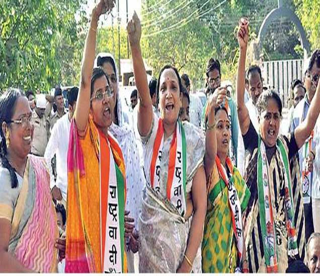 महिला कार्यकर्त्यांनी दाखवल्या बांगड्या - Divya Marathi