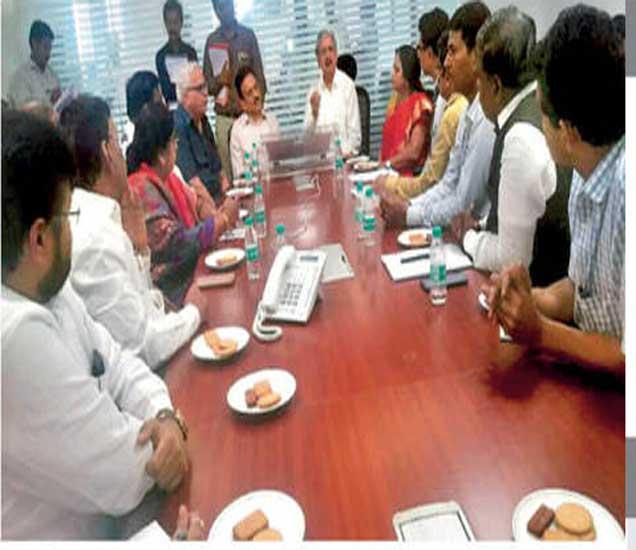 पालकमंत्री गिरीश महाजन अाणि उद्याेगमंत्री सुभाष देसाई यांच्यासमवेत 'मेक इन नाशिक' या उपक्रमाच्या अनुषंगाने सुरू असलेल्या बैठकीत उपस्थित लाेकप्रतिनिधी निमाचे पदाधिकारी. - Divya Marathi