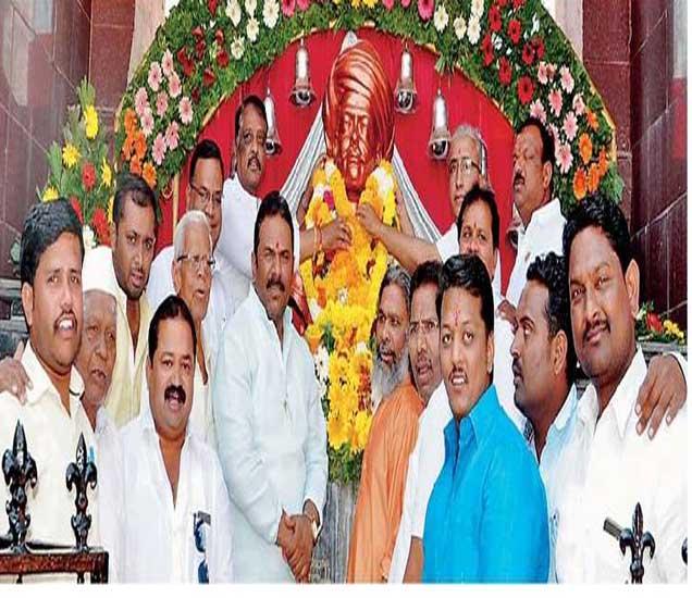 महात्मा ज्योतिबा फुले यांच्या जयंतीनिमित्त श्रीसावताश्रम शिक्षण संस्थेच्या महात्मा फुले विद्यामंदिरच्या वतीने माळीवाडा येथील महात्मा फुले यांच्या पुतळ्यास पुष्पहार अर्पण करुन अभिवादन करण्यात आले. - Divya Marathi