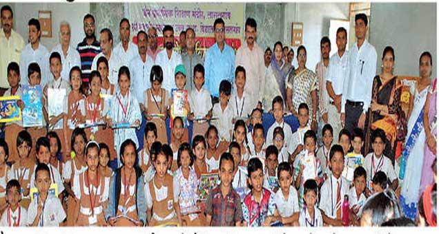 जैन प्राथमिक विद्यालयाच्या वार्षिक पारितोषिक वितरणप्रसंगी उल्लेखनीय कामगिरी करणाऱ्या विद्यार्थ्यांचा सत्कार करण्यात आला. यावेळी पालक शिक्षक उपस्थित होते. - Divya Marathi