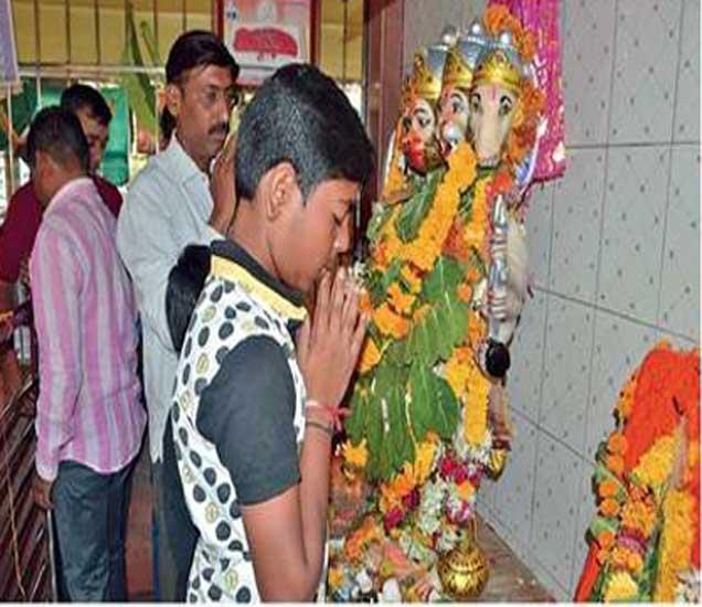 पंचमुखी हनुमान मंदिरात लावण्यात आलेला मारुतीचा पाळणा. - Divya Marathi