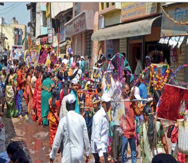 शहरातून काढण्यात अालेल्या मिरवणुकीत सहभागी झालेले कावडीधारक - Divya Marathi