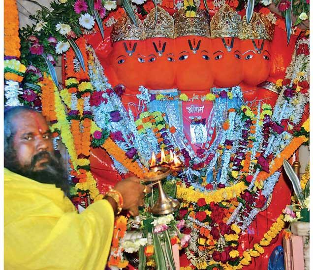पंचवटी येथील श्री पंचमुखी हनुमान मंदिरात महाअारती करताना महंत भक्तिचरणदास महाराज. - Divya Marathi