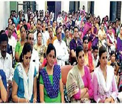 'अभ्यासघर' व्याख्यानासाठी मोठ्या संख्येने उपस्थित असलेले पालक. - Divya Marathi