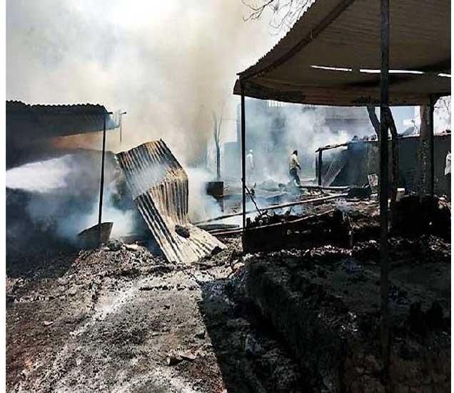 येनगाव येथे लागलेल्या आगीत जळून खाक झालेली घरे. - Divya Marathi