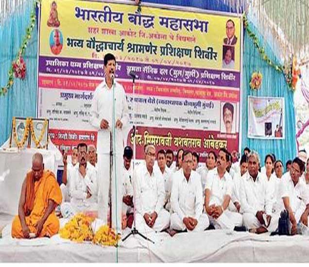 श्रामणेर प्रशिक्षण शिबिराच्या समारोपीय कार्यक्रमात मार्गदर्शन करताना बौद्ध महासभेचे राष्ट्रीय कार्याध्यक्ष भीमराव आंबेडकर उपस्थित मान्यवर. - Divya Marathi