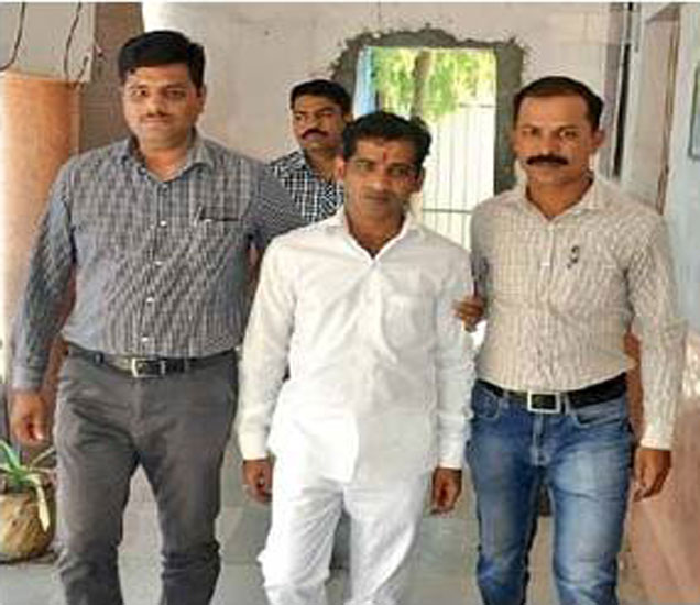 आरोपी मुकेशला (मध्यभागी)अटक करून नेताना पोलिस. - Divya Marathi
