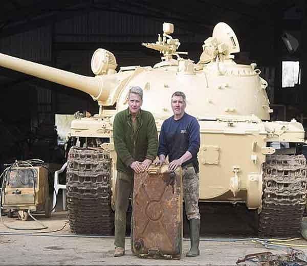 निक मिड (डावीकडे) आणि टॉड (उजवीकडे) इराकी टॅंकसमवेत... - Divya Marathi