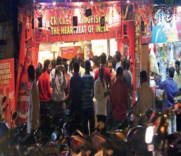 जेलराेड येथक दुकानात मद्य खरेदीसाठी अशी गर्दी हाेती. ग्राहकांनी अापली वाहने रस्त्यावर पार्क केली. - Divya Marathi