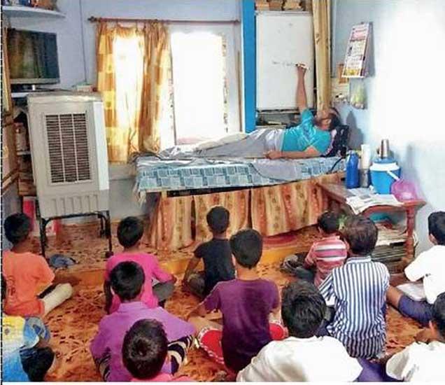 झोपलेल्या अवस्थेत शिक्षणाचे धडे देताना अशोक वाघ. - Divya Marathi