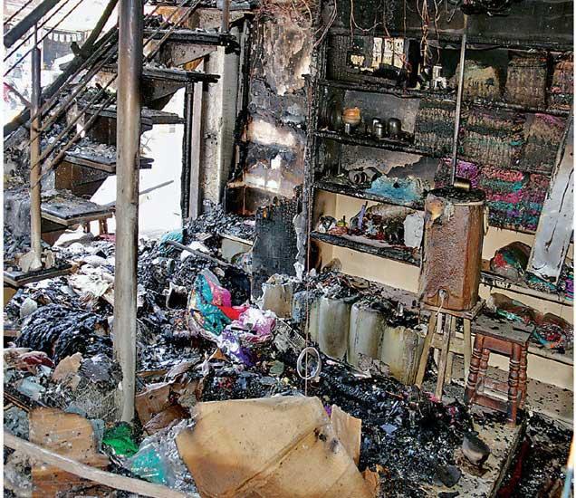 शिवाजीराेडवरील मानसी शाेरूमला मंगळवारी रात्री शाॅर्टसर्किटमुळे लागलेल्या अागीत झालेले हे नुकसान. - Divya Marathi