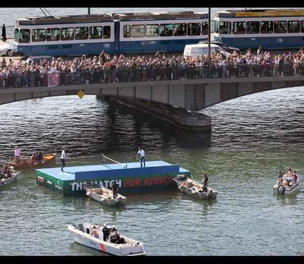 नदीतील पाण्यात तरंगणा-या (फ्लोटिंग) कोर्टवर फेडरर आणि मरेची झालेली ही मॅच पाहायला लोकांची गर्दी तुडूंब झाली होती. - Divya Marathi