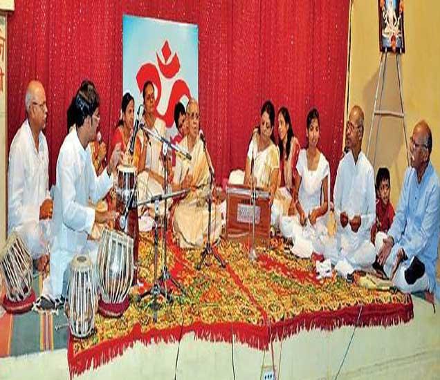 योग गीतमाला कार्यक्रमात गाणी सादर करताना श्रुती संगीत निकेतनचे कलावंत. - Divya Marathi