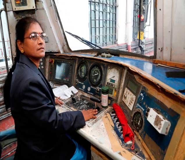 भारतीय रेल्वेतील पहिल्या महिला चालक सुरेखा यादव. - Divya Marathi