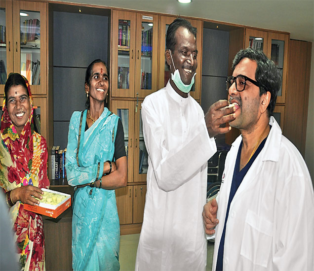 डॉ. उन्मेष टाकळकर यांना पेढा भरवताना श्रीमंत थोरात. छाया : मनोज पराती - Divya Marathi