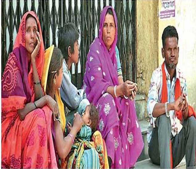 जिल्हा सामान्य रूग्णालयात बसलेले कलाबाई साेनवणे यांचे नातेवाईक. - Divya Marathi