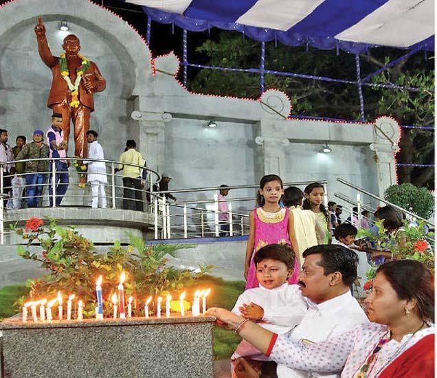 डॅा.बाबासाहेब आंबेडकर यांच्या १२६ व्या जयंतीचे स्वागत करण्यासाठी रात्री १२ वाजता डॉ.आंबेडकर पुतळा येथे अभिवादन करण्यासाठी आलेले भीमसैनिक. - Divya Marathi