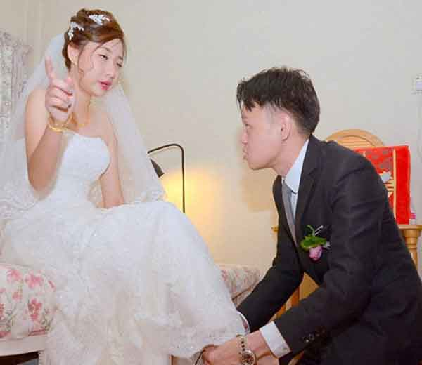 सिंगापूरची जॅकलिन यिंग तिच्या लग्नाचे फोटो पाहून भडकली. - Divya Marathi