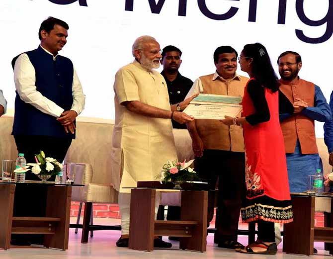 श्रद्धा हिला 1 कोटी   रुपयांचे बक्षिस देण्यात आले आहे. - Divya Marathi