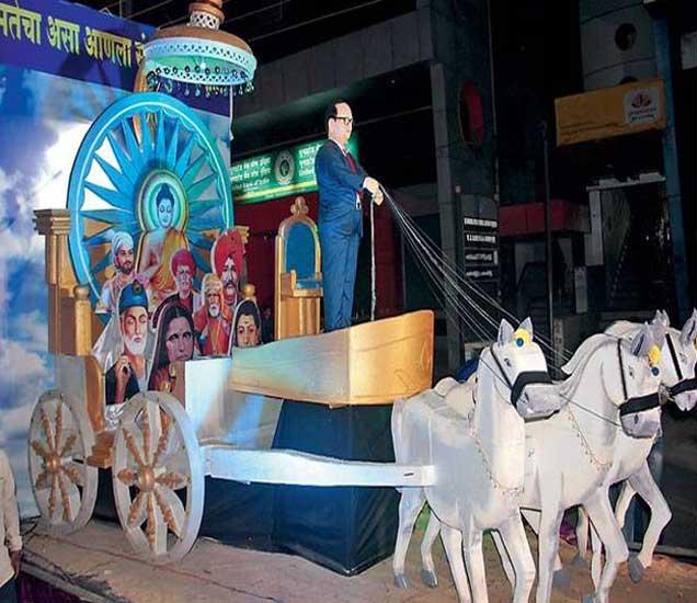 रथ समतेचा  भारतरत्न डॉ.बाबासाहेब आंबेडकर यांच्या १२६व्या जयंतीनिमित्त शुक्रवारी भव्य मिरवणूक काढण्यात आली. मिरवणुकीत शिवाजीनगर परिसरातून काढण्यात आलेला 'रथ समतेचा' लक्षवेधी ठरला. - Divya Marathi