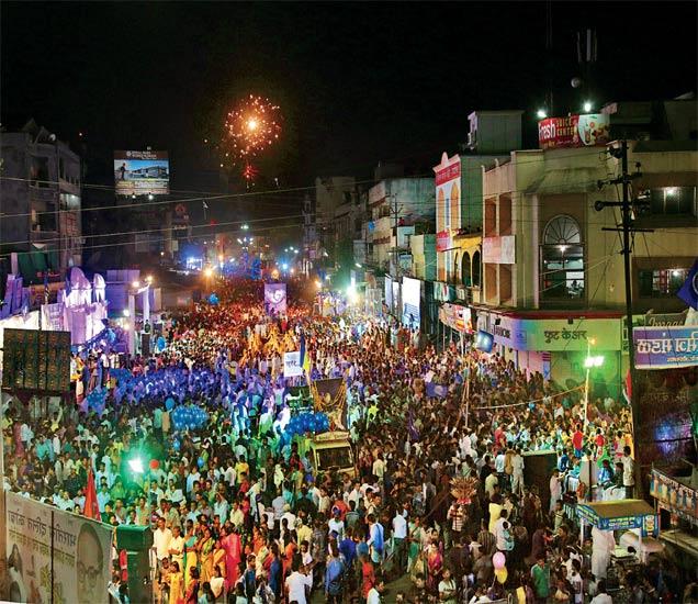 शुक्रवारी सायंकाळी निघालेल्या मिरवणुकीत हजारो आंबेडकर अनुयायी मोठ्या उत्साहाने सहभागी झाले होते. - Divya Marathi
