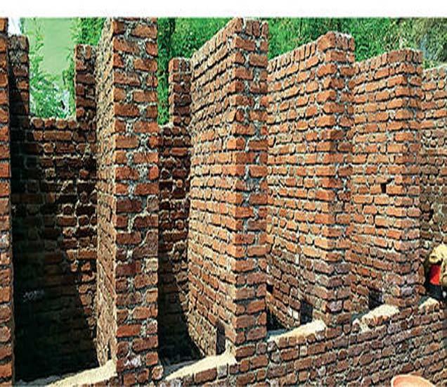 फॉरेस्ट परिसरातील नाल्यालगत चार सिटच्या सार्वजनिक स्वच्छतागृहाचे बांधकाम सुरू आहे. - Divya Marathi