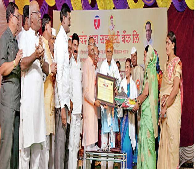 मंगळवेढा येथील रतनचंद शहा बँकेच्या वतीने समाजभूषण पुरस्कार स्वीकारताना ज्येष्ठ समाजसेवक डाॅ. प्रकाश आमटे त्यांच्या पत्नी मंदा आमटे. याप्रसंगी बँकेचे अध्यक्ष राहुल शहा उपस्थित होते. - Divya Marathi