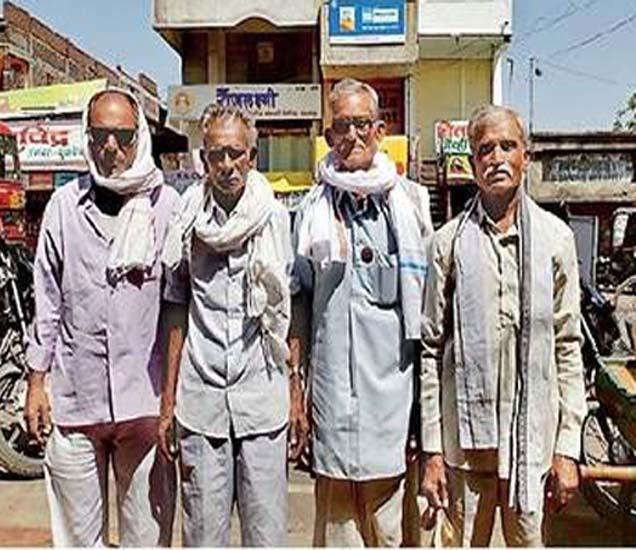 बोगस बियाणे दिल्यामुळे फसवणूक झालेले सुकळी येथील शेतकरी. प्रशासनाने आपल्याला न्याय द्यावा,अशी मागणी त्यांनी केली आहे. - Divya Marathi