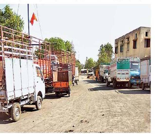 जळगाव जामोद येथे रस्त्याच्या लगत उभी केलेले जड वाहतुकीची वाहने. - Divya Marathi