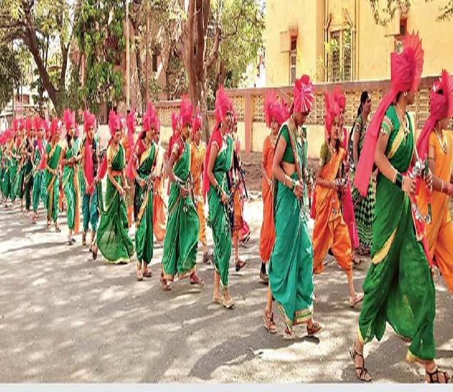 शिक्षक साहित्य संमेलनाच्या प्रारंभी ग्रंथदिंडी काढण्यात आली. ग्रंथदिंडीत गोदावरी पब्लिक स्कूल आणि जिजामाता कन्या विद्यालयातील विद्यार्थिनींनी अतिशय शिस्तबद्ध पद्धतीने लेझीम सादर करून शहरवासीयांचे लक्ष वेधून घेतले होते. - Divya Marathi