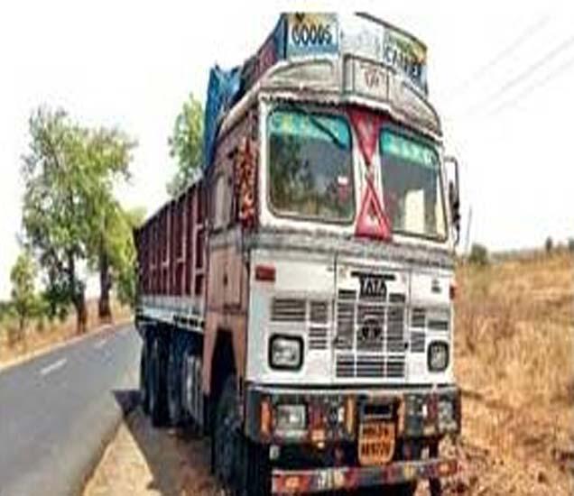 नागपूर-औरंगाबाद एक्सप्रेस हायवेवरील देवगाव चौफुलीवर अपघातास कारणीभूत ट्रक. - Divya Marathi