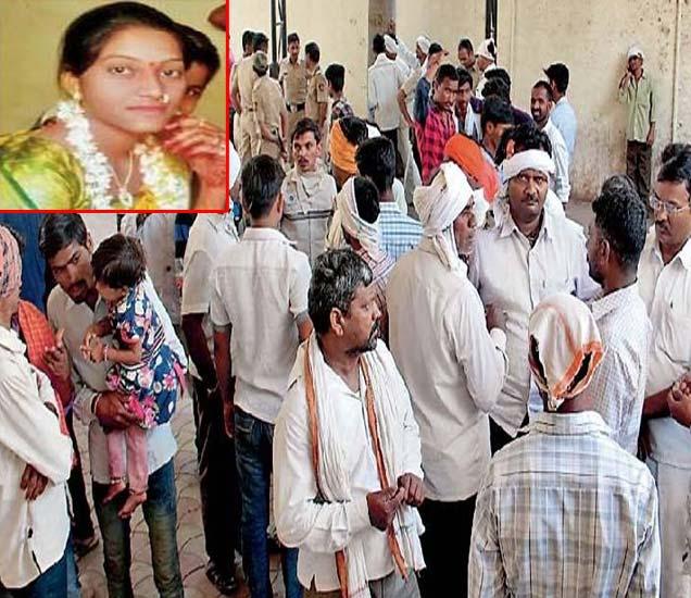 जिल्हा सामान्य रुग्णालयात जमलेले आशाबाई कोळी यांचे नातेवाईक. - Divya Marathi