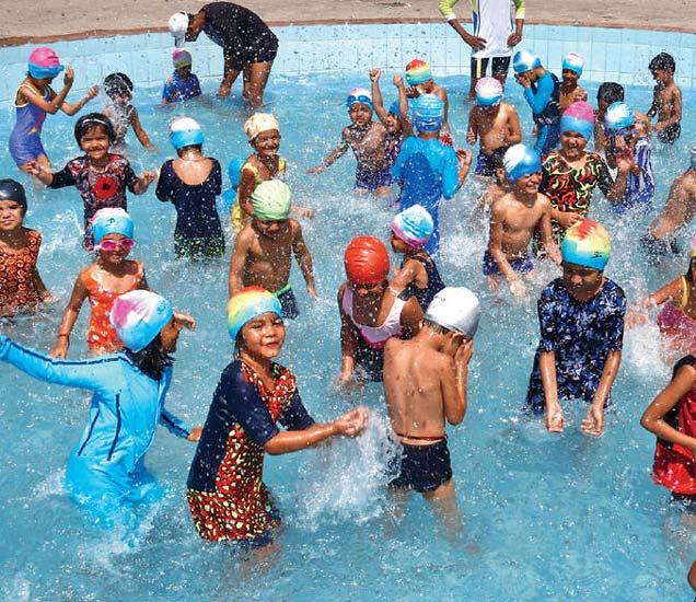 रविवारी स्वा. सावरकर जलतरण तलावावर बालकांनी अशी धमाल आहे. - Divya Marathi