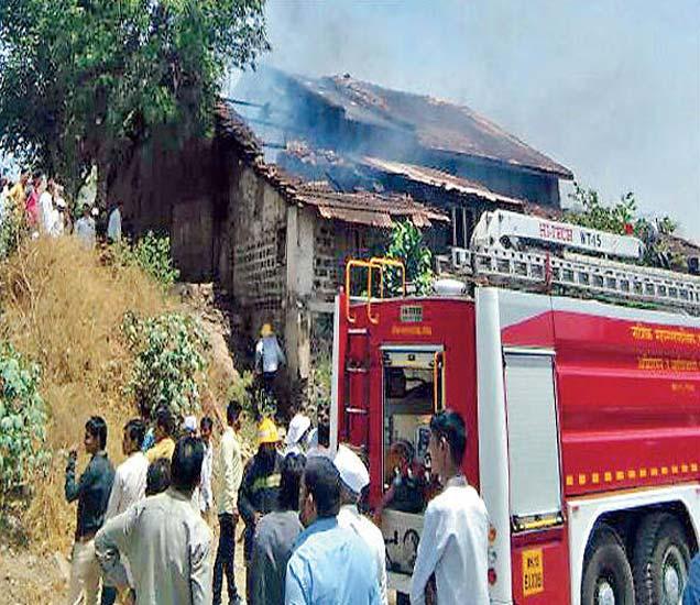 अाग नियंत्रणात अाणताना अग्निशामक दलाचे जवान. - Divya Marathi
