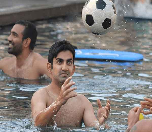 कोलकाता नाईटरायडर्सचा कर्णधार गौतम गंभीर. मागे रॉबिन उथप्पा... - Divya Marathi
