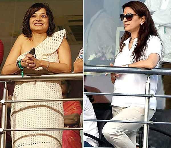 रॉबिन उथप्पाची पत्नी शीतल (लेफ्ट साईड) आणि KKR टीमची को-ओनर जूही चावला... - Divya Marathi