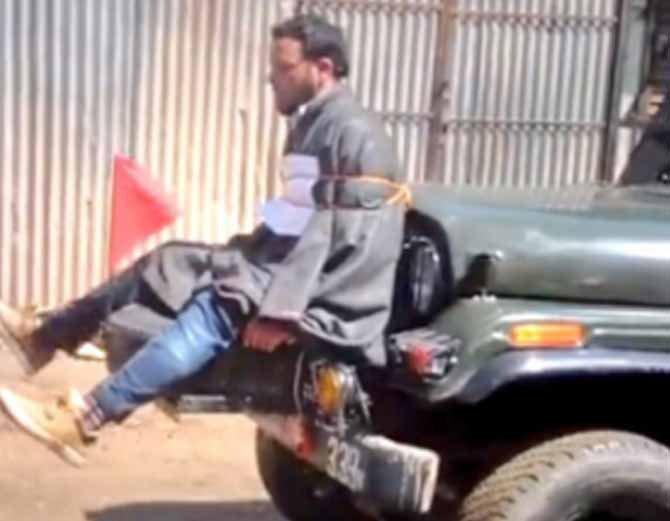 हा फोटो माजी मुख्यमंत्री उमर अब्दुल्ला यांनी ट्विट केल होता. त्यात एका काश्मीरी व्यक्तीला आर्मी जीपच्या बोनेटला बांधलेले होते. - Divya Marathi