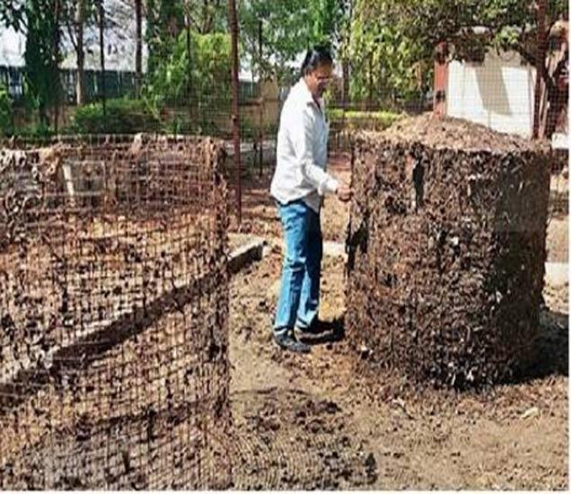 जिल्हाधिकारी निवासस्थानात अशा प्रकारे शिवांश सेंद्रीय खत तयार करण्याचे काम सुरु आहे. - Divya Marathi